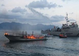 Marmaris'te dalgıç teknesi yanarak battı