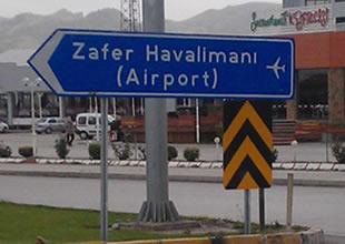 Zafer Havalimanı'nın yol tabelası düzeltildi