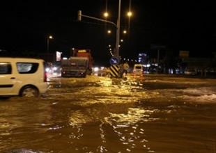 Yağış Çanakkale-İzmir karayolunu kapattı