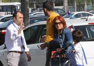 Polis korudu oğlu gazetecinin parmağını kırdı