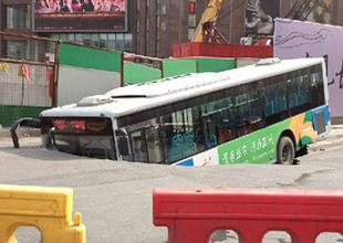 """""""Yer yarıldı"""" belediye otobüsü içine düştü"""