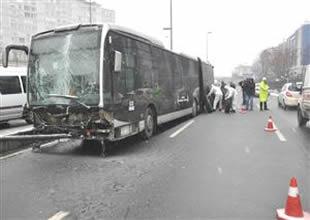 Metrobüs yoldan çıktı,1 kişi yaralandı