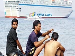 Yunanistan kaçaklara dev gemi gönderdi
