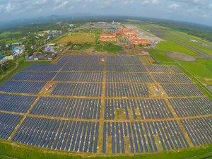 Güneş enerjisi ile çalışan havalimanı hizmete açıldı