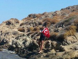 Yüzücü Alper Sunaçoğlu Bulamaç Adası'na Türk Bayrağı dikti