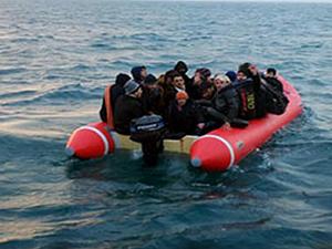 Kaçaklar dönmemek için bindikleri tekneyi batırdı