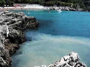 Mavi bayraklı Kapuz Plajı'nı çöplüğe çevirdiler