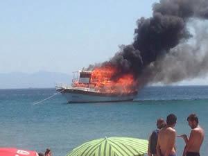 Ayvalık'ta tur teknesi cayır cayır yandı