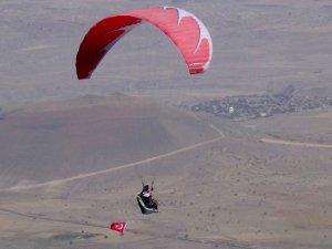 Paraşütçüler bu kez şehitler için uçtu