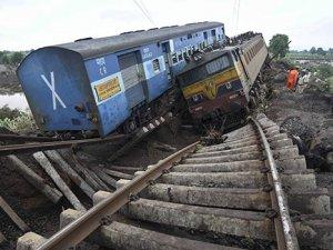 Hindistan'da tren raydan çıktı: 2 ölü, 8 yaralı