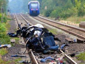 Almanya'da tren otomobile çarptı: 5 ölü