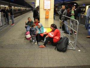 Almanya'ya giden tren seferleri durdu, sığınmacılar Viyana'da kaldı