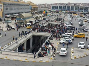 Bilet alamayan mülteciler İstanbul Otogarı'nda bekliyor