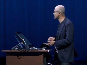 Satya Nadella iPhone Pro'yu tanıttı