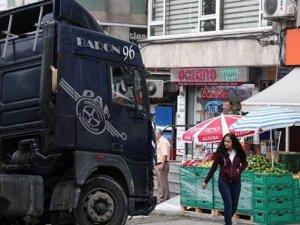 Beşiktaş'ta korkutan kaza: Mermer yüklü TIR kaldırıma çıktı
