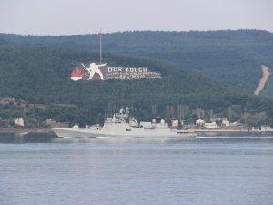 "Hindistan savaş gemisi ""INS Trikand"" Çanakkale Boğazı'ndan geçti"
