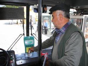 Otobüsçülerden 'bedava kartlar' eylemi