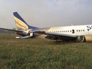 Pakistan'da yolcu uçağı acil iniş yaptı: 10 yaralı