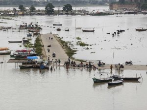 Hindistan'ı sel vurdu, uçak seferleri iptal edildi