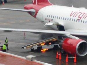 Uçak altındaki bagaj arabası yandı