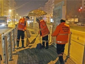 Tramvay durakları düzenli temizleniyor