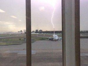 Qantas uçağına yıldırım çarptı