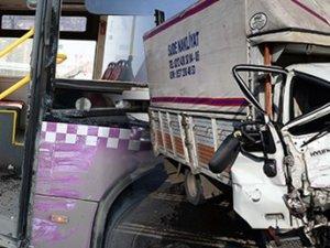 Sütlüce'de belediye otobüsü ile kamyonet çarpıştı: 10 yaralı