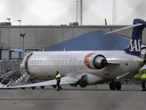 SAS uçağı push back aracına çarptı