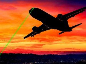 Lazerler uçuş emniyetini tehdit ediyor