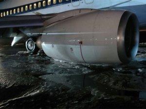 Jet Airways uçağının iniş takımları çöktü