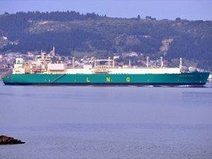 Boğazdan geçen doğalgaz tankeri deniz trafiğini kapattı