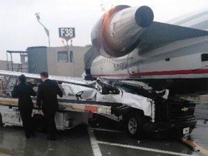 Apron aracı park halindeki uçağa çarptı
