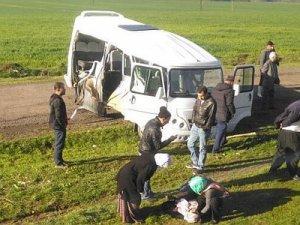 Diyarbakır'da tren yolcu minibüsüne çarptı 1'i ağır 3 yaralı
