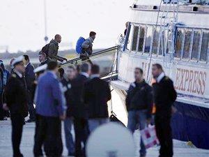 Anlaşma kapsamında ilk mülteci teknesi İzmir Dikili Limanı'na geldi
