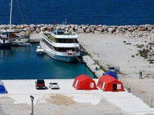 Çeşme'de göçmenler için sağlık kontrol çadırları kuruldu