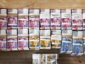 İsviçre cüzdana sığmayan kağıt paralarını değiştiriyor