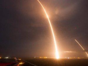 SpaceX'in Falcon 9 roketi okyanustaki platforma indi
