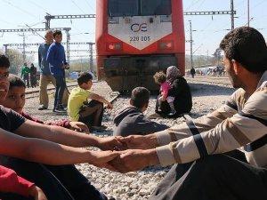 İdomeni'de sığınmacılar demiryolunu kapattı