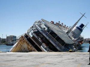Pire Limanı'ndaki gemi yan yattı