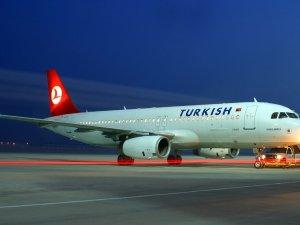 Motoru arızalanan THY uçağı Berlin'de kaldı