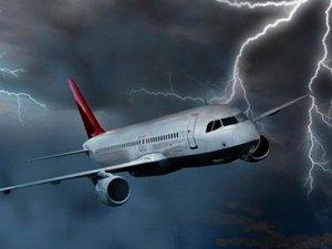 Yolcu uçağına yıldırım çarptı