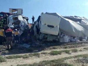 Konya'da tır ile minibüs çarpıştı: 6 ölü, 5 yaralı