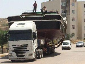 15 metrelik balıkçı teknesi tır ile taşındı