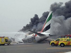 Emirates uçağı alev alev yanıyor