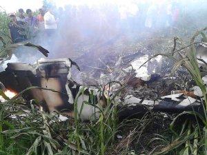 Küçük uçak tarlaya düştü; iki kişi öldü