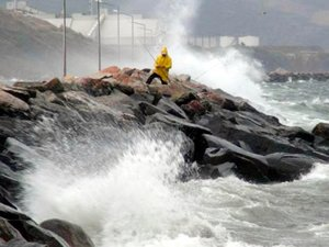 Fırtına Marmara Bölgesi'nde deniz ulaşımını esir aldı