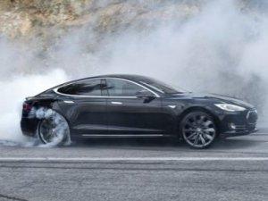 Tesla Model S cayır cayır yandı!