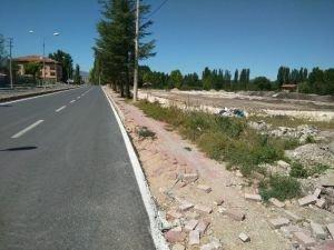 İlçe halkı, asfalt yola yeni yaya kaldırımı istiyor
