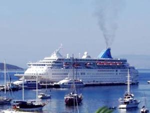 Celebrity Equinox, 2 bin 420 turistle Bodrum Limanı'na yanaştı
