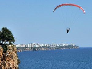 Antalya'da paraşütçüler yasak dinlemiyor